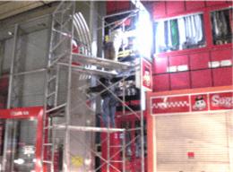 ローリングタワーでの設置作業
