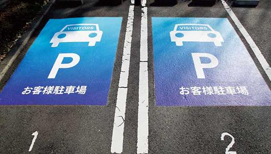 3M 駐車場用路面シート:フルカラー印刷のため写真やグラデーションも可能。店舗や企業のロゴを使用したデザインもできます。屋外のアスファルトにも施工可能。