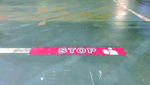 屋内駐車場の誘導案内に