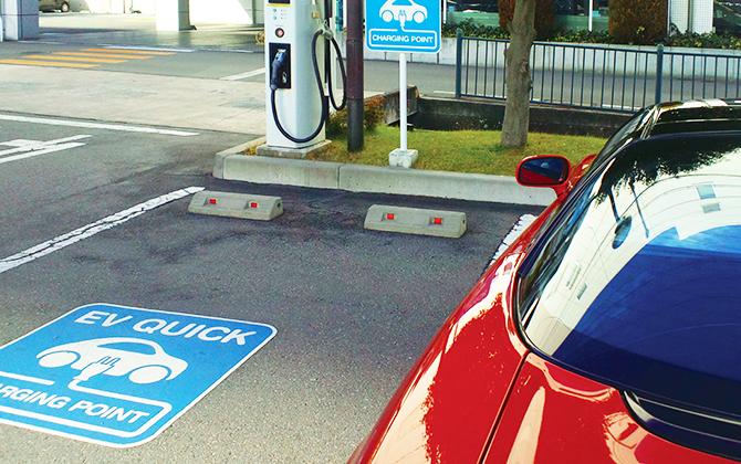 電気自動車のEVチャージの表示に。駐車場の路面に電気自動車のEVチャージ表示を設置できます。近年、電気自動車の普及とともに需要も増えてきています。