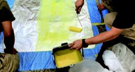 路面シートの施工の流れ-3.フィルム裏面への専用接着剤の塗布・乾燥