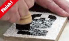 壁面シート カラータイプの切文字加工および施工方法:8.本圧着:本圧着をします。(リベットブラシを使用する場合は、こすらず上から押し付けるように圧着をします。)