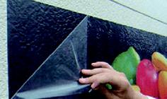 壁面シート グラフィックタイプの施工方法:2.アプリケーションテープをはがす:アプリケーションテープをはがします。