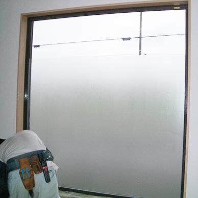ウィンドウサイン・窓ガラス看板施工事例写真 千葉県 すりガラス調ガラスフィルムを部分的に貼り外部からの視線を隠しています