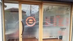 ウィンドウサイン・窓ガラス看板施工事例写真 東京都 店内側から擦ガラス調のフィルム貼り、屋外側からはマーキングフィルム文字貼り、ロゴの部分はインクジェット出力シートの形抜きで製作しました