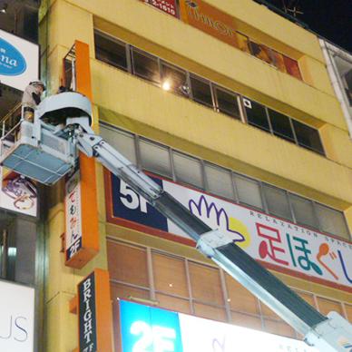 ファサード・壁面看板施工事例写真 東京都 現場でアクリル板にシートを貼ることもあります