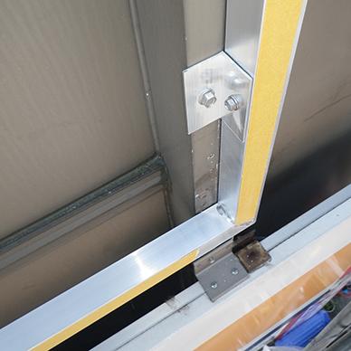 ファサード・壁面看板施工事例写真 東京都 壁面にアルミ枠付看板を取付、アルミ枠を利用しLEDスポットライトの下地としても利用しています