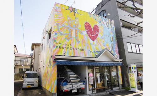 ファサード・壁面看板施工事例写真 東京都 壁面の絵を損なわないように、ファサード看板を設置することが課題です