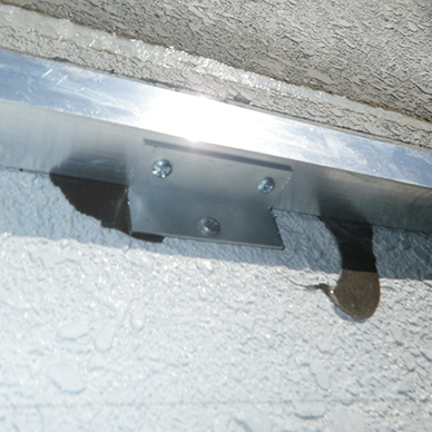 ファサード・壁面看板施工事例写真 東京都 L型の部材を使用し壁面にあったアンカーで固定します
