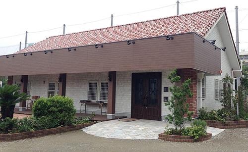 箱文字・切り文字看板施工事例写真 千葉県 新築のオシャレなカフェのパラペット面に箱文字を取付けます