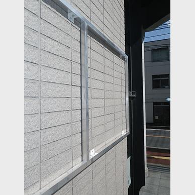 ファサード・壁面看板施工事例写真 埼玉県 アルミ製のフレームをつけることで凹凸のある壁でも綺麗に看板を取り付けることができます