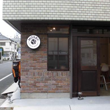 ファサード・壁面看板施工事例写真 東京都 屋根のすぐ下で薄暗くなりがちな場所でも電飾にすることでしっかり目立つ看板となっています