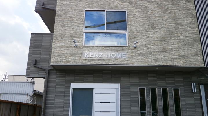 ファサード・壁面看板施工事例写真 愛知県 透明アクリル8㎜厚+5㎜厚ステンレス ヘアライン切り文字を組み合わせたプレートを立上げ取付いたしました