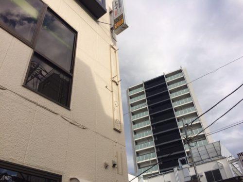 突き出し看板・袖看板施工事例写真 東京都 既製品の突出し看板設置ですが、取付けにベースプレートが必要になり、特注で金物を製作いたしました