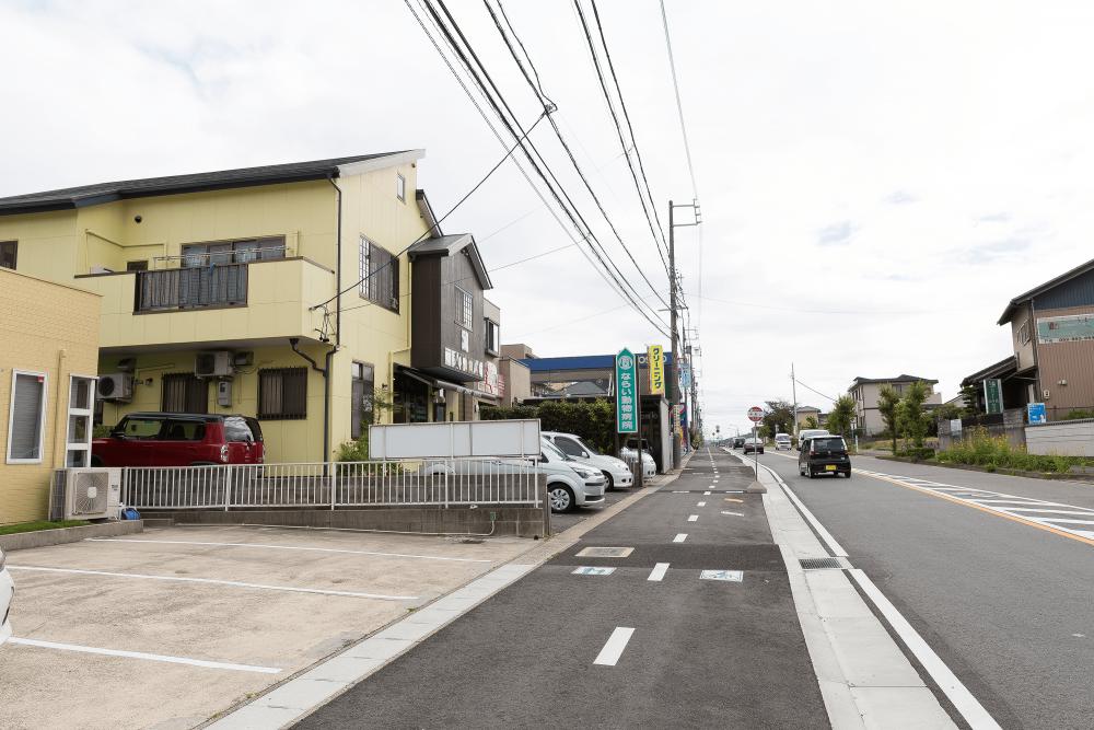 自立・野立て看板施工事例写真 愛知県 店舗を認知してもらう、お客様を誘導するためにも道路沿いに看板が必要です
