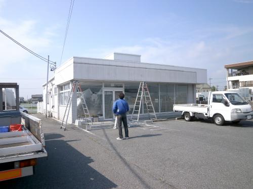 ウィンドウサイン・窓ガラス・ファサード・壁面看板施工事例写真 愛知県 元コンビニ店舗のためファサード看板を大きく正面と側面に取付けしました