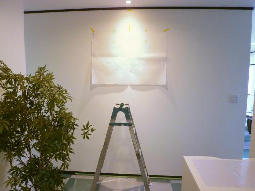 箱文字・切り文字看板施工事例写真 愛知県 取付用の紙原稿を仮止めして、最終的な取付位置をお客様と調整させていただきます