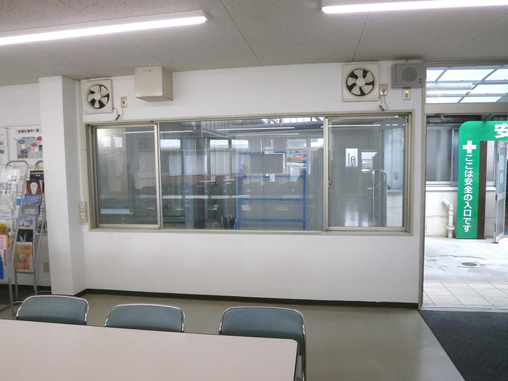 ホワイトボード・黒板看板施工事例写真 愛知県 ガラス窓のサッシ枠いっぱいを利用しての取付