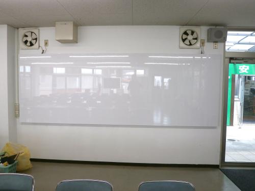 ホワイトボード・黒板看板施工事例写真 愛知県 スチール複合板とく薄い鉄板のはいった板材を使用したのでマグネットも着脱可能です
