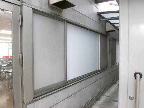 ホワイトボード・黒板看板施工事例写真 愛知県 今回はガラス窓への施工だったので、ホワイトボードの背面が見えないように、ガラスへのシート貼りもさせていただきましたよ