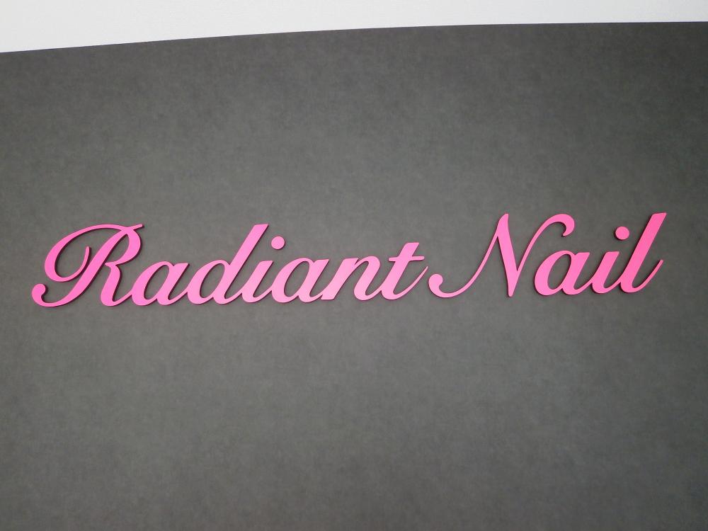 ネイルサロンのショップロゴを、カルプ文字にて製作させていただきました。表層はマーキングフィルムを使用していますが、お客様のイメージどおりの色を選定できました。(中川ケミカル CS112使用)