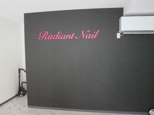 箱文字・切り文字看板施工事例写真 愛知県 鮮やかなピンク色が、黒色の壁によく映えています