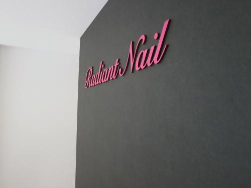 箱文字・切り文字看板施工事例写真 愛知県 壁面と同色の黒カルプを利用することで、表面のピンク色が浮き出て見える効果があります