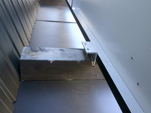 ファサード・壁面看板施工事例写真 愛知県 既存の枕木を再使用するためアルミ枠付看板背面に差し込み用の金具を取付け枕木にビス止めをします