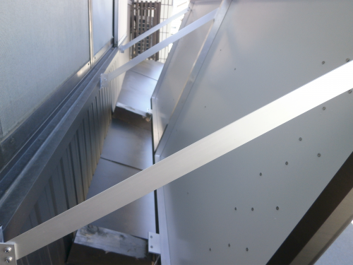 ファサード・壁面看板施工事例写真 愛知県 壁から看板を引っ張る金物は3本で看板を固定しています