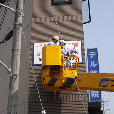 ファサード・壁面看板施工事例写真 兵庫県 壁面でも高い位置につける場合は高所作業車での作業となります