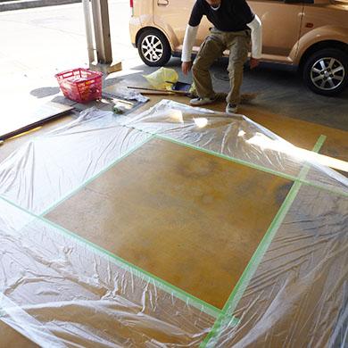 路面シート看板施工事例写真 愛知県 路面にシートを貼る場合ゴミ埃が入りやすいので掃除をしてから始めます