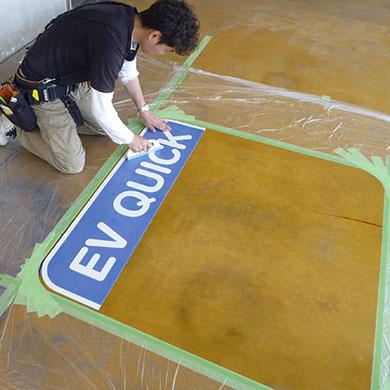 路面シート看板施工事例写真 愛知県 貼り始めは、予め角のカーブに合わせて綺麗に囲ってから施工します
