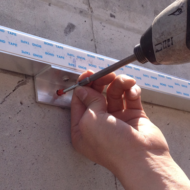 ファサード・壁面看板施工事例写真 大阪府 鉄筋コンクリ—ト壁面に金属製のアンカー、樹脂アンカーを使い取付を行いました