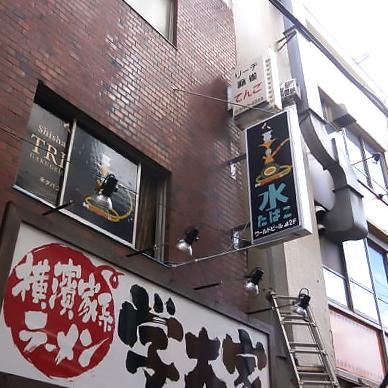 突き出し看板・袖看板施工事例写真 東京都 既製品の突出し看板は大きさに応じて振れ止め棒を付けるよう義務付けられています