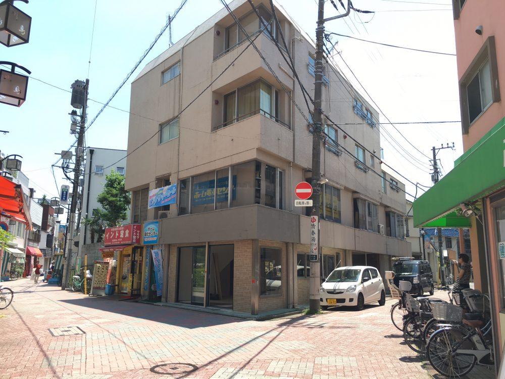 ウィンドウサイン・窓ガラス・突き出し看板・袖看板・ファサード・壁面看板施工事例写真 東京都 視認性が良く無い立地という事でしたので、お打合せ後プランをご提案させて頂きました