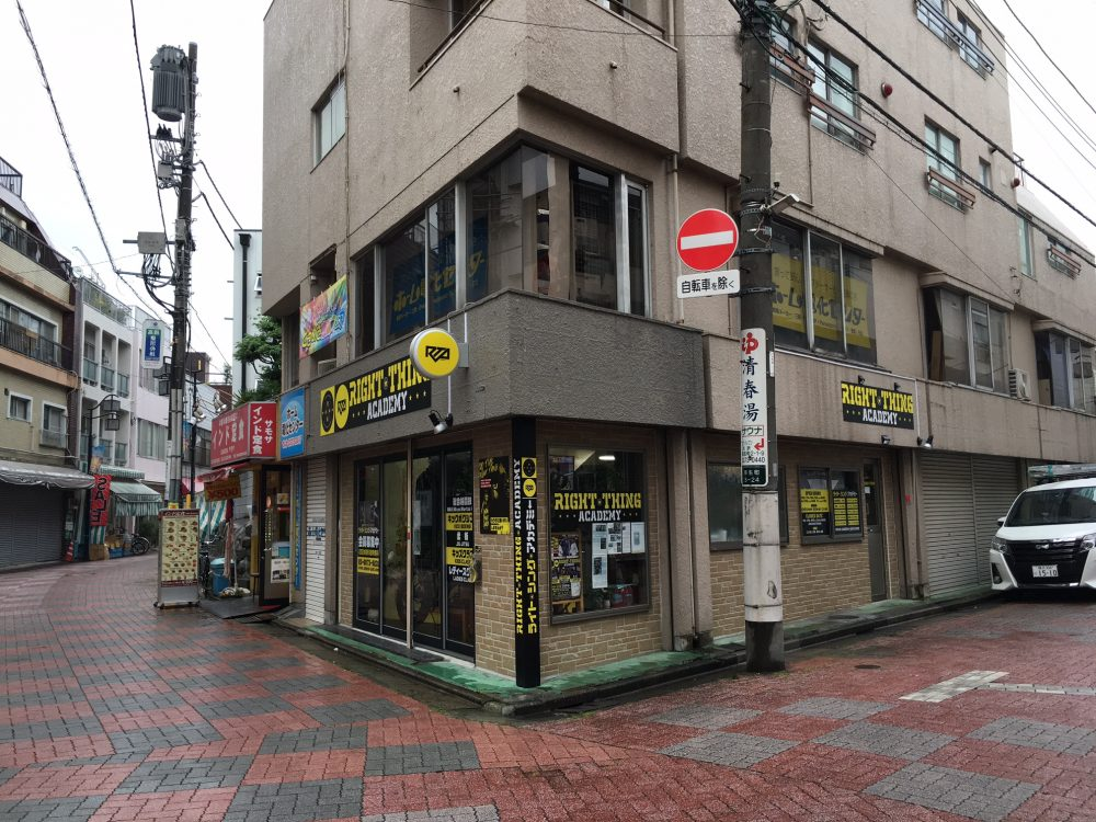 ウィンドウサイン・窓ガラス・突き出し看板・袖看板・ファサード・壁面看板施工事例写真 東京都 大きな看板にはせずにファサード看板・ウインドウシートを設置、突出し看板・スポットライトも設置し視認性を高めています