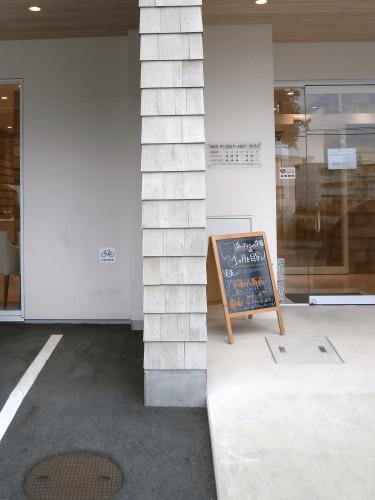 ファサード・壁面看板施工事例写真 愛知県 段々の凹凸な壁面にも看板が取り付けできるの?と思われるかもしれませんが、問題なく取り付けすることができます