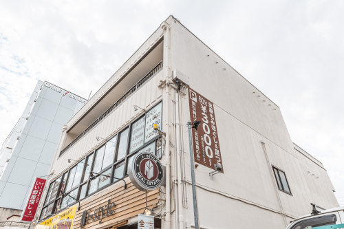 突き出し看板・袖看板施工事例写真 愛知県 お店の雰囲気(おしゃれな不動産屋さん)に合ったデザインの丸型看板、語呂の良いキャッチコピーを掲げた縦長の突出し看板を取付させていただきました