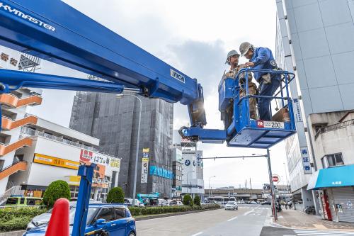"""突き出し看板・袖看板施工事例写真 愛知県 今回の施工には""""高所作業車""""を使用します"""