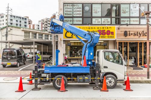 """突き出し看板・袖看板施工事例写真 愛知県 警察へ""""道路使用許可""""をとっての作業"""