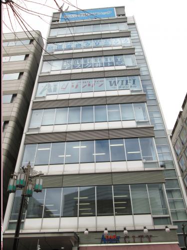 ウィンドウサイン・窓ガラス看板施工事例写真 東京都 ウインドウシートを貼る事によってお取り扱い商品が駅のホームにいても目に入ります