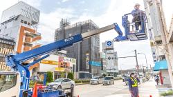4m以上の高い所での作業に必要な高所作業車で看板取付け作業を安全に!