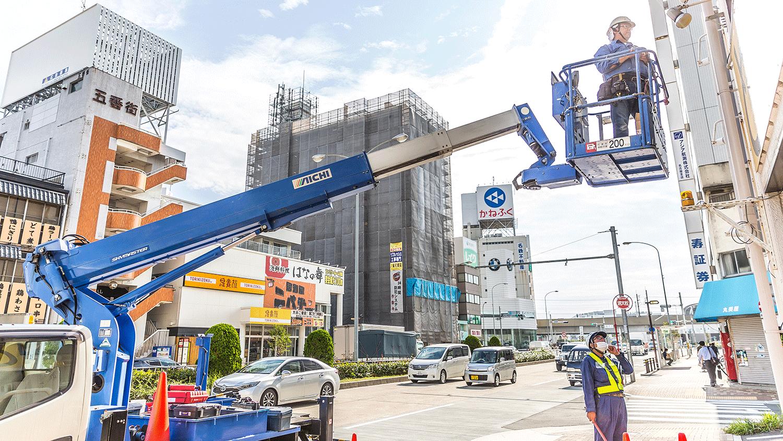 高所作業車とは?4m以上の高い所での作業に必要な高所作業車で看板取付け作業を安全に!