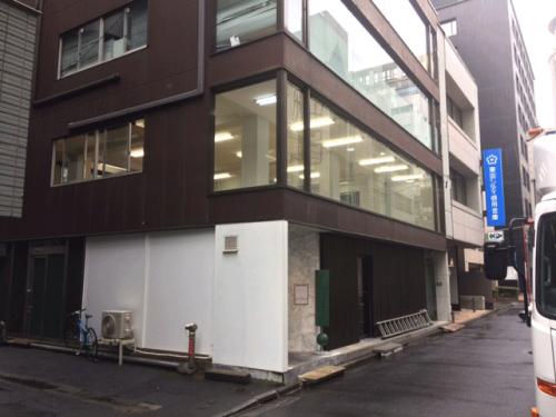 ウィンドウサイン・窓ガラス看板施工事例写真 東京都 ウィンドウサインが無いと店舗内が丸見えとなるため目隠し・看板を両立させる仕様となります