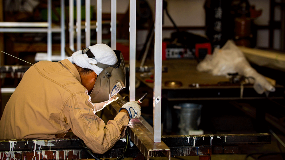 アルミ枠とは?看板の下地フレームとしてよく使用される腐食の少ないアルミ製の看板枠