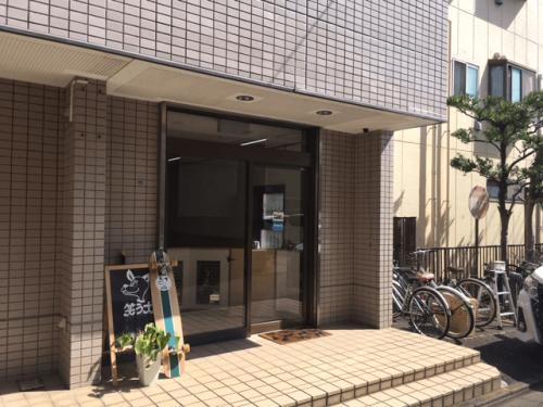 突き出し看板・袖看板施工事例写真 神奈川県 オーナー様と打合せを行い取付け位置の確認を行います
