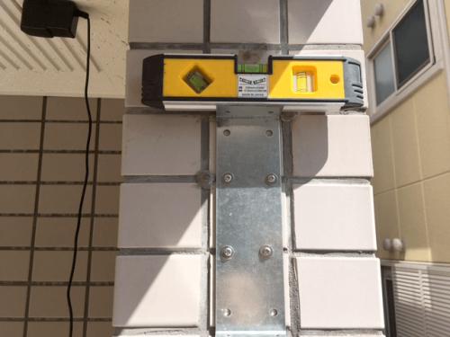 突き出し看板・袖看板施工事例写真 神奈川県 振動ドリルを使用し看板と建物とを固定する金属を水平に設置します