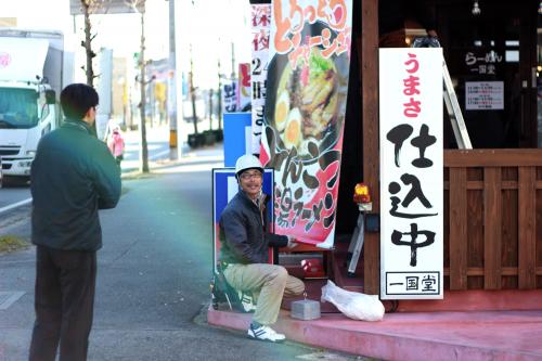 日除け幕看板施工事例写真 愛知県 日除け幕の取付位置の最終確認中