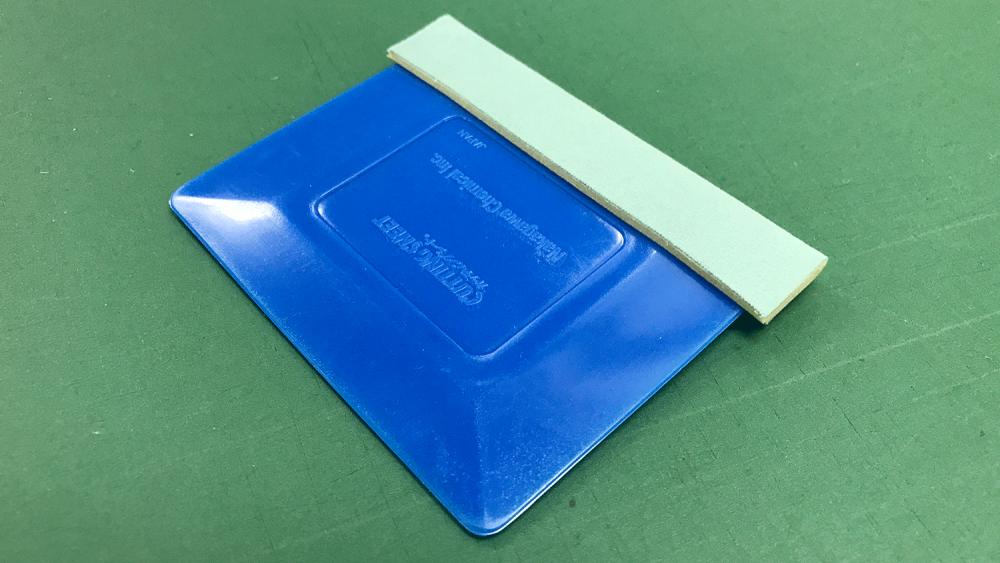 IMG_6821看板シートを貼る時に使う道具:スキージ(プラスチック製)