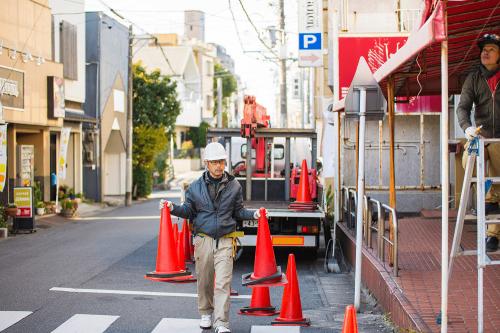 看板撤去・処分事例写真 愛知県 作業開始前に歩行者が作業エリアに入ってこないようコーンで囲います